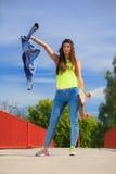Deporte del verano Patinador fresco de la muchacha con el monopatín Imagen de archivo