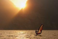 Deporte del viento de la puesta del sol que practica surf Fotos de archivo libres de regalías