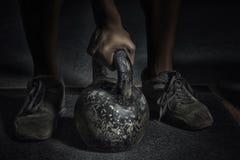 Deporte El atleta fuerte irreconocible va a hacer ingenio del ejercicio Imagenes de archivo