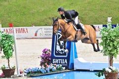 Deporte. El jinete con el caballo salta sobre el agua Imagenes de archivo