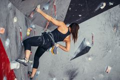 Deporte extremo, alivio de tensión, el bouldering, gente y concepto sano de la forma de vida imagen de archivo