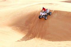 Deporte extremo ATV en las dunas de arena foto de archivo