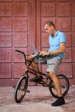 Deporte extremo en la bici de BMX Imagen de archivo