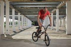 Deporte extremo en la bici de BMX Imágenes de archivo libres de regalías
