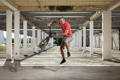 Deporte extremo en la bici de BMX Fotos de archivo