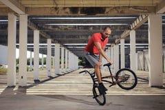 Deporte extremo en la bici de BMX Foto de archivo libre de regalías