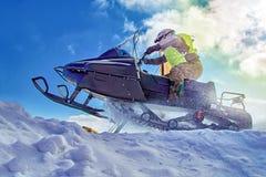 Deporte extremo para el diseño de la forma de vida El competir con extremo de la moto de nieve del deporte del invierno Fondo del Imagen de archivo