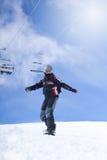 Deporte extremo, snowboarder en la acción en las montañas Imagen de archivo