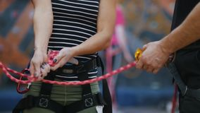 Deporte extremo Una mujer implica las cuerdas de la protección para subir bajo instrucciones del coche almacen de metraje de vídeo
