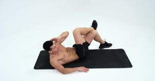Deporte, levantamiento de pesas, forma de vida y concepto de la gente - hombre joven que hace ejercicios abdominales 4K metrajes