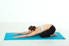 Deporte Mujer de la yoga de la aptitud Mujer de mediana edad hermosa que hace actitudes de la yoga La gente del concepto es entre Imagen de archivo libre de regalías
