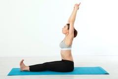 Deporte Mujer de la yoga de la aptitud Mujer de mediana edad hermosa que hace actitudes de la yoga La gente del concepto es entre Fotos de archivo libres de regalías