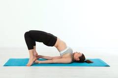 Deporte Mujer de la yoga de la aptitud Mujer de mediana edad hermosa que hace actitudes de la yoga La gente del concepto es entre Fotos de archivo