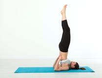 Deporte Mujer de la yoga de la aptitud Mujer de mediana edad hermosa que hace actitudes de la yoga La gente del concepto es entre Fotografía de archivo libre de regalías