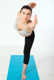 Deporte Mujer de la yoga de la aptitud Mujer de mediana edad hermosa que hace actitudes de la yoga La gente del concepto es entre Imágenes de archivo libres de regalías