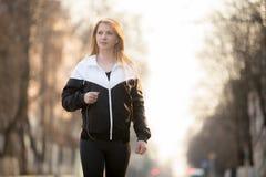 Deporte que camina en la ciudad Fotos de archivo
