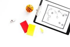 Deporte que juzga concepto árbitro Plan de la táctica para las tarjetas amarillas del juego, de la bola del baloncesto, rojas y,  imagenes de archivo