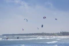 Deporte que practica surf de la cometa en la laguna de Kalpitiya, Sri Lanka Fotos de archivo libres de regalías