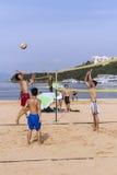 Deporte recreativo del voleo de la playa en la playa Fotos de archivo libres de regalías