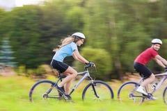 Deporte y concepto de las bicicletas: Pares caucásicos jovenes que tienen un Sppe Fotografía de archivo libre de regalías