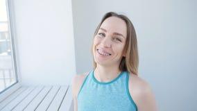 Deporte y concepto sano de la forma de vida - mujer joven que bebe el smoothie verde almacen de video