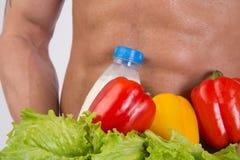 Deporte y dieta Hombre atractivo con el cuerpo muscular Individuo y verduras atléticos fotografía de archivo libre de regalías