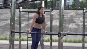 Deporte y forma de vida sana Mujer cauc?sica joven con el tatuaje Atleta que hace el entrenamiento del ejercicio en los m?sculos  metrajes