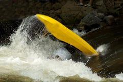 Deportes acuáticos competentes en el río de la paloma. Foto de archivo