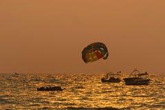 Deportes acuáticos de la playa de Goa durante puesta del sol Fotos de archivo libres de regalías