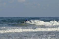 Deportes acuáticos extremos que practican surf Imagenes de archivo