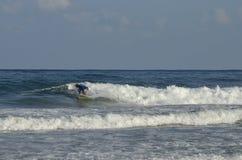 Deportes acuáticos extremos que practican surf Foto de archivo libre de regalías