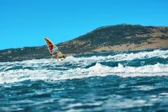 Deportes acuáticos extremos recreativos windsurfing Acto del viento que practica surf Foto de archivo libre de regalías