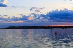Deportes acuáticos, navegación, el kayaking, relajándose en el parque del lago buffalo NY Foto de archivo libre de regalías