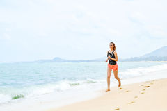 deportes Atleta Jogging On Beach Aptitud, ejercitando, L sano foto de archivo