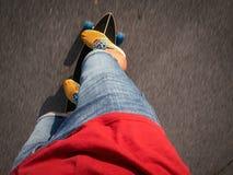 Deportes de alta velocidad de la calle: Un individuo en zapatillas de deporte amarillas está rodando en un longboard a lo largo d Fotografía de archivo