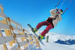Deportes de invierno, snowkiting, snowkiter que hace trucos Fotografía de archivo libre de regalías