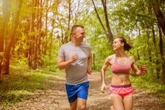 Deportes de los corredores en parque del otoño Forma de vida sana Imágenes de archivo libres de regalías