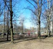 Deportes en el patio en el parque fotografía de archivo libre de regalías