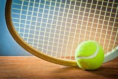 Deportes equipment.tennis y raqueta en la madera Fotos de archivo libres de regalías