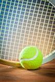 Deportes equipment.tennis y raqueta en la madera Foto de archivo libre de regalías