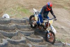 Deportes extremos en las motocicletas Un jinete en una motocicleta monta la arena imagen de archivo