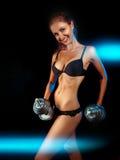 Deportes femeninos con pesas de gimnasia y sonrisa dentuda Fotografía de archivo libre de regalías