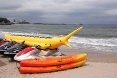 Deportes náuticos en la playa imagenes de archivo
