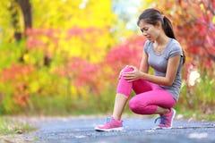 Deportes que corren la lesión de rodilla en mujer Fotos de archivo