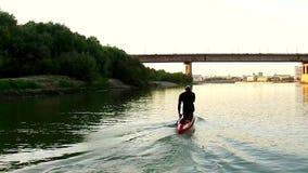 Deportes que reman en el kajak El hombre flota rio abajo a lo largo de la madera metrajes