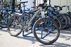 Deportes y bicis de montaña foto de archivo