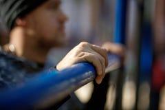 Deportes y concepto de la aptitud Ciérrese encima de la foto del hombre activo fuerte con el cuerpo muscular del ajuste outdoor foto de archivo