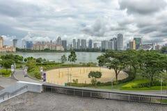 Deportes y reconstrucción con el centro de la ciudad en el fondo fotografía de archivo libre de regalías