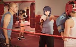 Deportista adolescente en el entrenamiento del boxeo con el coche Fotografía de archivo libre de regalías