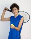 Deportista adolescente que juega a tenis Fotos de archivo